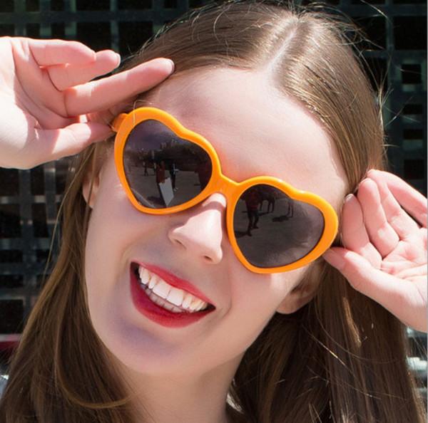 2018 Yeni Yüksek Kalite Moda 13 Renkler Moda Aşk Kalp Şekli Renkli Güneş Gözlüğü Plastik Parti Gözlük Çerçeve Ucuz Güneş Cam