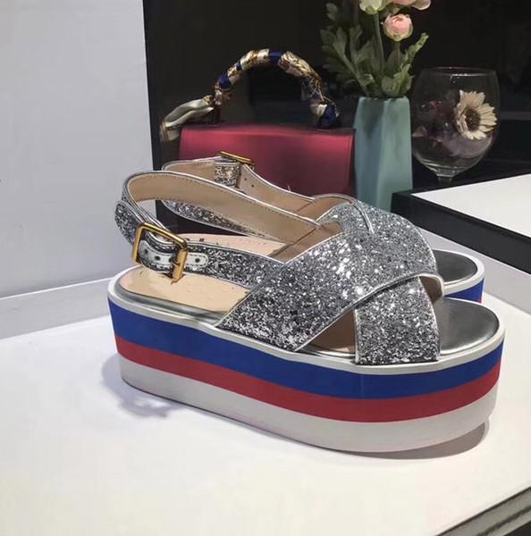 Großhandel Europäische Und Amerikanische Designer 2018 Neue Luxus Mode Flash Silber Pailletten Wort Schnalle Kreuzband Sandalen Wasserdicht Plattform