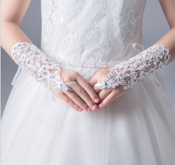 2019 New Cheap Lace Fingerless Short Red White IvoryWedding Gloves With Sequins Beads For Bride Wedding Bridal Gloves Free Shipping