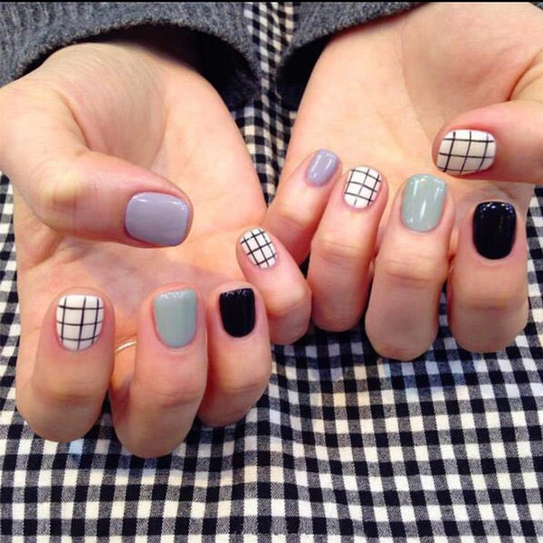 Popular Short False Nails 24 Pcs Oval Full Candy Grey Black White Grids Pattern Artificial Nail Tips with Glue Sticker