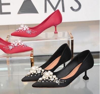 Schwarze, rote Schuhe mit hohem Absatz und amerikanischer Seiden- und Satinbohrer von Hand, Nähen von Perlen und 5,5 cm hohe spitze Schuhe 403
