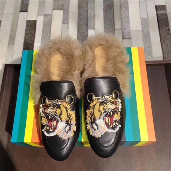 2018 Marke Frauen Pelz Pantoletten Pantoletten Flats Wildleder Mule Schuhe Luxus Designer Fashion Echtes Leder Loafers Schuhe Metall Kette Damen Casual