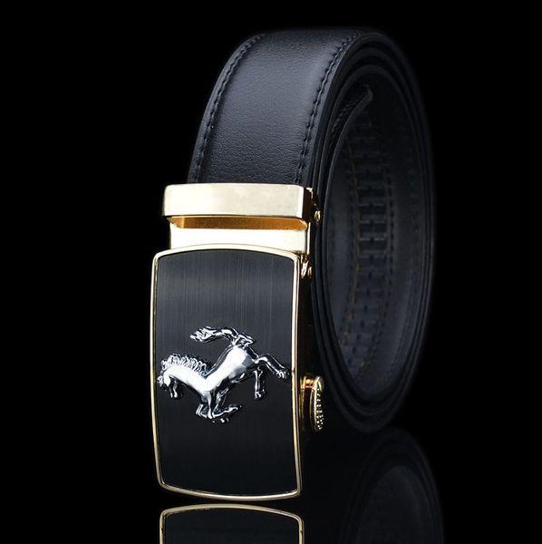 fibbia in oro e cintura nera