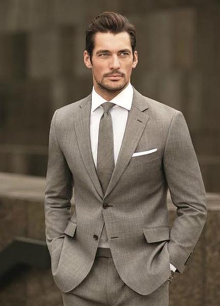 Kundenspezifische hellbraune Mann-Anzüge 2018, die dünne passende Bräutigam-Anzüge Blazer-Smokings 2 Stücke (Jacke + Pants) beste Mann-Abschlussball-Abnutzung Wedding sind