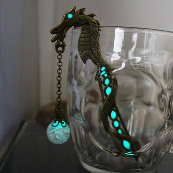 2 STÜCKE Luminous Glow In The Dark Silber Drache Form Lesezeichen Fashion Classics Blütenblätter Perlen Freies Lesezeichen Kreative