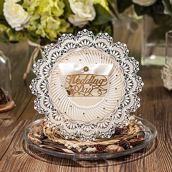 (10 pezzi / lotto) Royal Wedding Invitation Laser Cut Design forma rotonda Champagne Invitation Card con busta CW5077