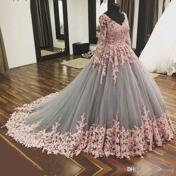 2018 Romantische lange arabische Quinceanera Kleider Ballkleid mit V-Ausschnitt Langarm rosa Spitze Appliques Grey Sweet 16 formale Abschlussball-Kleider
