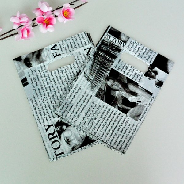 Black and White Newspaper Printed with Handle Plastic Bags 100pcs/lot 15x20cm Cheap Candy Gifts Storage Packaging Bags Pouches