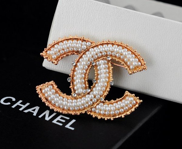 Factory Sell Quality Celebrity Design Letter Pearl Diamond Brooch Fashion Letter Metal Buckle Brooch With Box