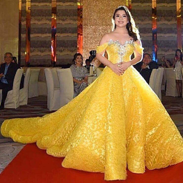 Fabulous Yellow Lace Prom Dress Luxury Crystal Beads Off Shoulder Sleeveless Ball Gown Party Dress Glamorous Dubai Princess Evening Dresses