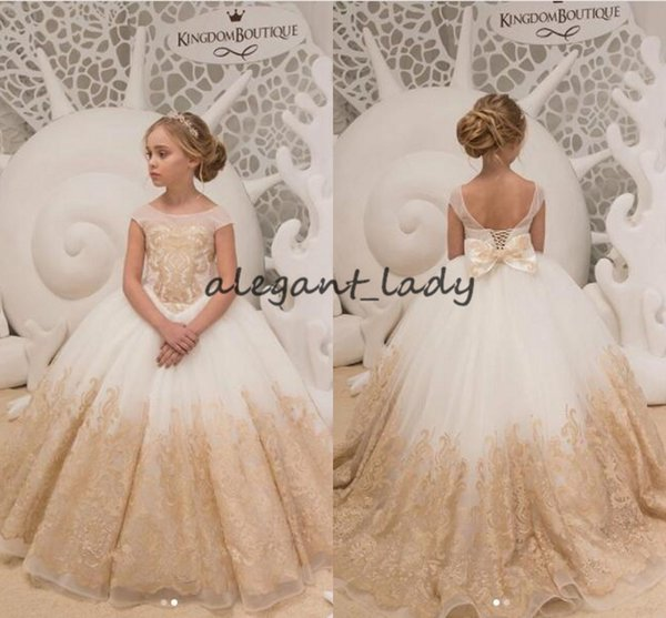 Champagne Lace Flower Girls Abiti con Bow 2019 Backless Lace-up Cap Sleeve Puffy Gonna Little Girls compleanno Comunione Wedding Party Gown