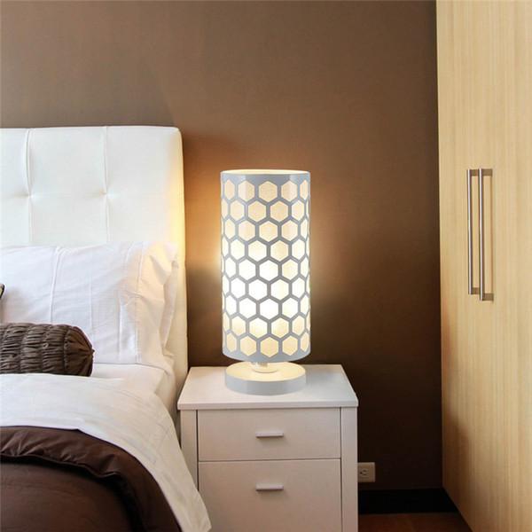 LAIDEYI Moderno Oco Hexágono Padrão Lâmpada de Mesa Forma de Cilindro Em Casa Quarto Lâmpada de Mesa de Cabeceira Decoração de Casamento Luz