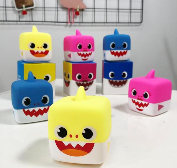 3 colori del fumetto bambole molli bambino giocattoli squalo con luce Cute Baby Doll cantare canzone inglese per regalo