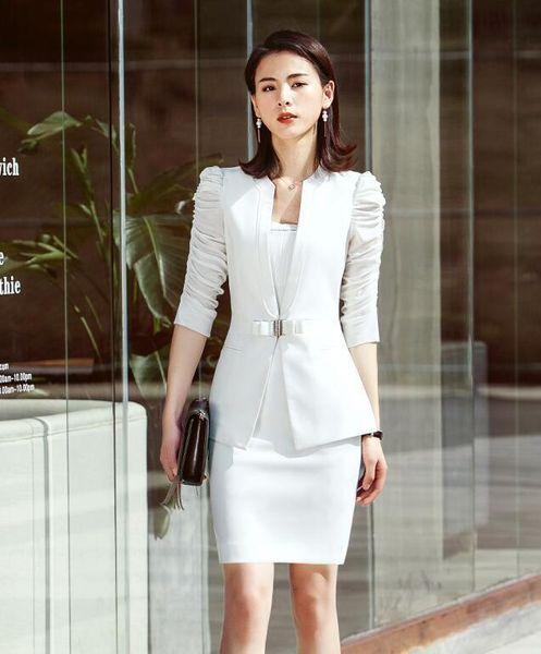 Beyaz ceket ve etek