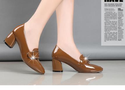 Новогодние туфли сезона 2019 года с боковой пряжкой, туфли которых с толстой квадратной головой джокера с обувью
