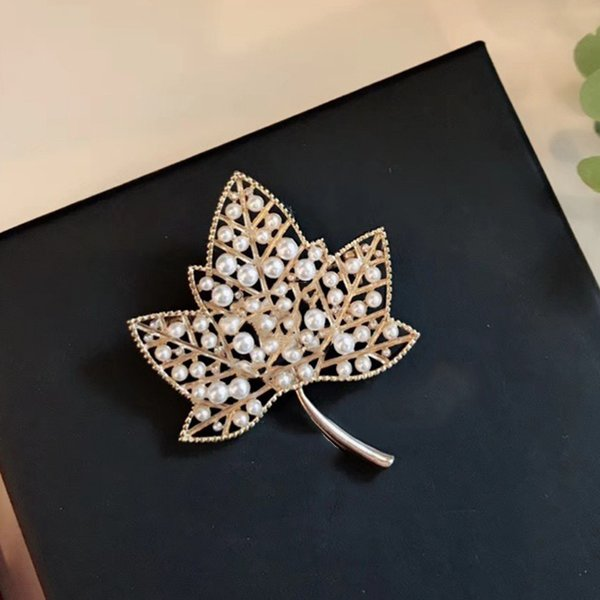 Hot Brand Fashion Jewelry For Women Vintage Big Leaf Brooches Light Gold Color Pearls Maple Leaf Party Sweater Brooche CC Letter