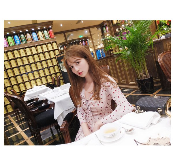 Spring and summer new Korean version of the ladies fashion floral Slim thin hollow V-neck lotus leaf sleeve A word dress