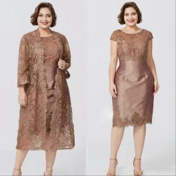 2020 Vintage Brown Plus Size Mãe fora dos vestidos de noiva Jóia Pescoço Mangas Compridas Lace Tea Length Mães Convidadas Do Casamento Vestido Com Bolero Jacket