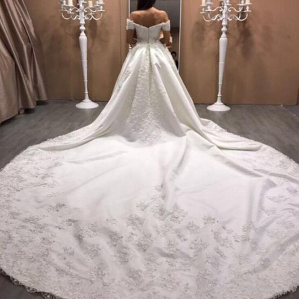 2019 Vestidos de novia de satén de lujo Tren de la catedral Amor Fuera del hombro Exquisitos apliques de encaje Vestidos de novia Vestido de novia de talla grande