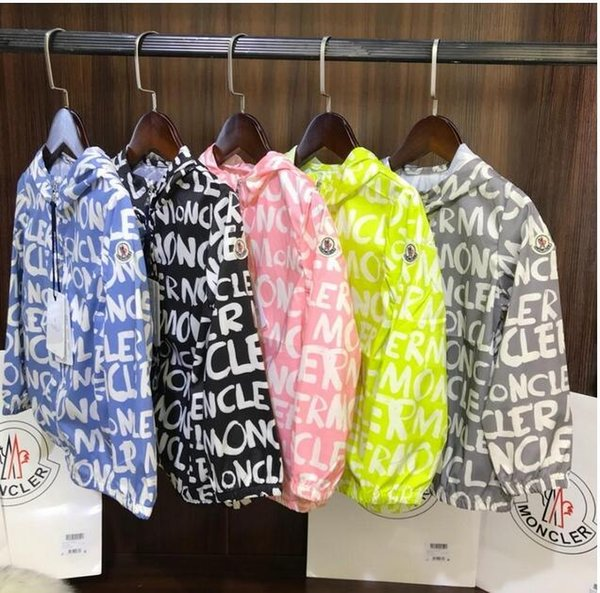 Moda Niños verano marca impresión de letras M chaquetas ropa Ropa de protección solar Outwears con sombreros Abrigos con cremallera para 3-12T