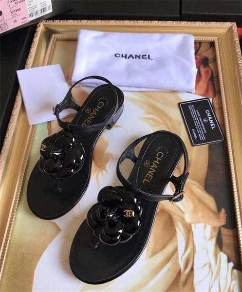 Sandálias femininas 2019 Europa e nos Estados Unidos verão novos sapatos de férias de praia com palavra brilhante rosa com grossas com sandálias e chinelos
