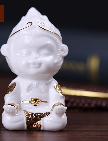 La porcellana bianca combatte Buddha Sun Wukong Qitian Dasheng auto piccola scimmia ornamenti serbatoio di pesce paesaggistica decorazioni del soggiorno