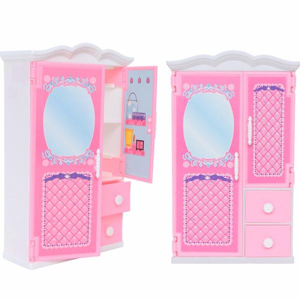 Acquista 1 Pz Di Alta Qualità Bambola Armadio Rosa Carino Vestiti Di  Plastica Camera Da Letto Mini Mobili Barbie Accessori Bambola Regalo  Bambini ...