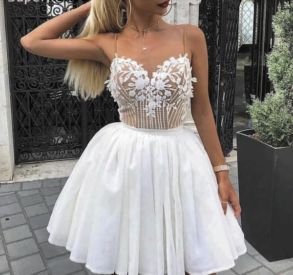 Vestidos de fiesta cortos con cuentas Vestido de cóctel con apliques de encaje blanco 2020 Correa de espagueti Sin mangas Cuello cariño Vestidos Graduación Corto