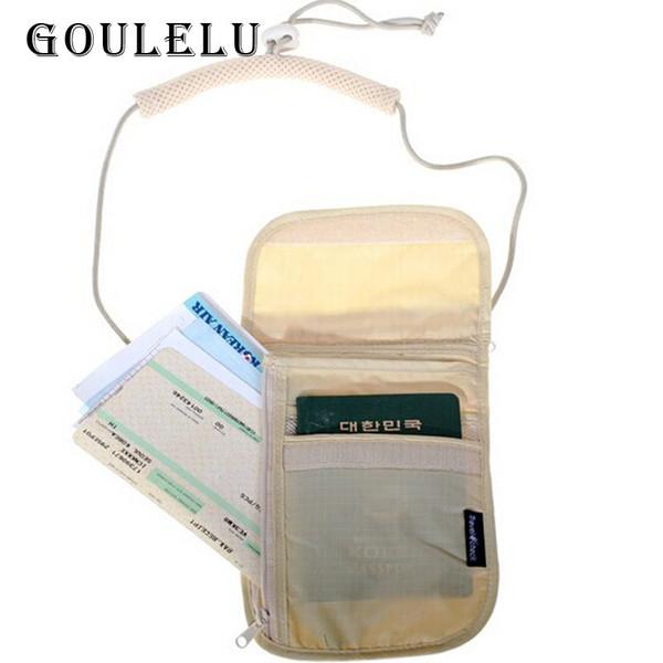 Reisepasshülle für Reiseschecks, die am Reisehalsbeutel hängt