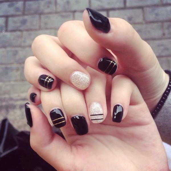 Damen Nail Art 24 Stück kurze künstliche Nägel mit Kleber Schwarze künstliche Acrylnägel Goldstreifen Glitzer Falsche Nagel Full Cover Tips