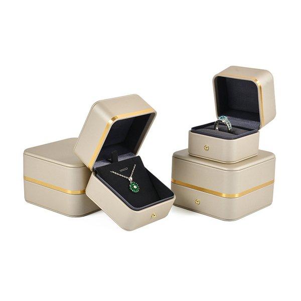 scatola anello di oro