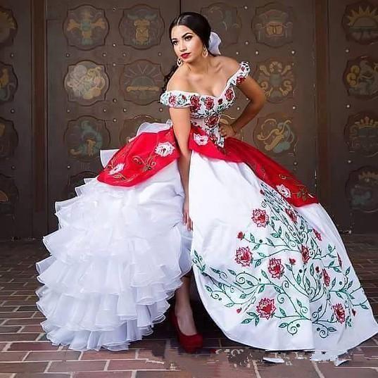 Omuz Kapalı zarif Dantel Quinceanera Elbiseler Saten Nakış Boncuklu Katmanlı Ruffles Abiye Sweep Tren Balo Parti Prenses Elbiseler