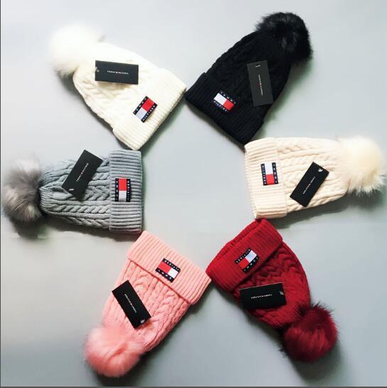 Neue Design Mode Winter Und Herbst Haar Ball Hut Hohe Qualität Warme Pelz Futter Kappe Männer Frauen Kappe Gestrickte Wollmütze Elastische Einstellbare T11211