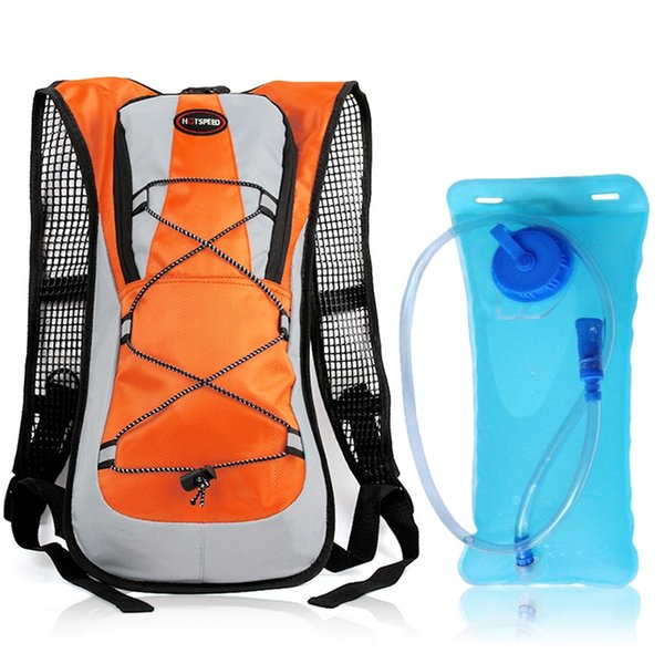 borsa arancione e acqua