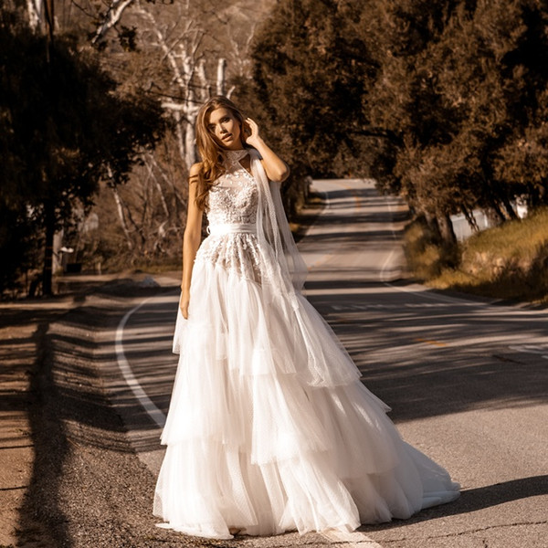 Stunning Lace Appliqued A Line Wedding Dresses Halter Neck Tiered Bridal Gowns Sweep Train Tulle Sequined robe de mariée