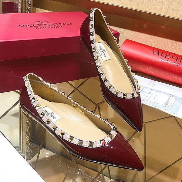 La nouvelle version des rivets hauts du printemps 2019 peint des chaussures plates en cuir pour dames / chaussures de sport à la mode pour femmes, fêtes et mariages au bureau
