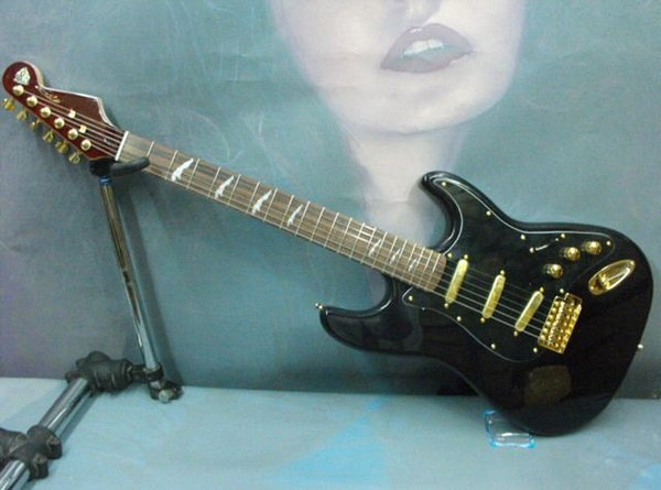 Free Shipping 2019 Hot Sale Wholesale Body ST SSS Black Electric Guitar Gold Hardware.