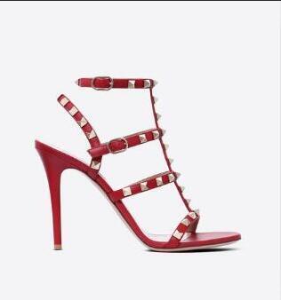 Designer de Dedo Apontado Studs Rebites de Couro de Patente Sandálias Das Mulheres Cravejado Tiras Vestido Sapatos valentine 10 CM 6 CM sapatos de salto alto nn83