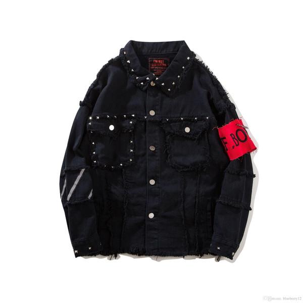Niza Moda Hombre Chaquetas de mezclilla Remaches Decorados Parches bordados Negro Jean Jacket Brazo Vendaje Homme Streetwear Vogue