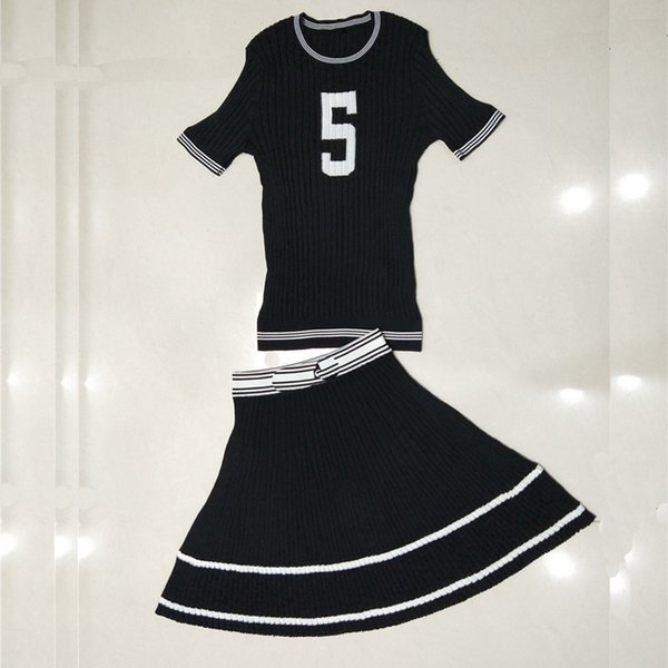 Erweiterte kundenspezifische dünne Abschnitt Seide Farbe Brief 5 Kurzarm Swing Kleid stricken zweiteilige Anzug Mode Frau