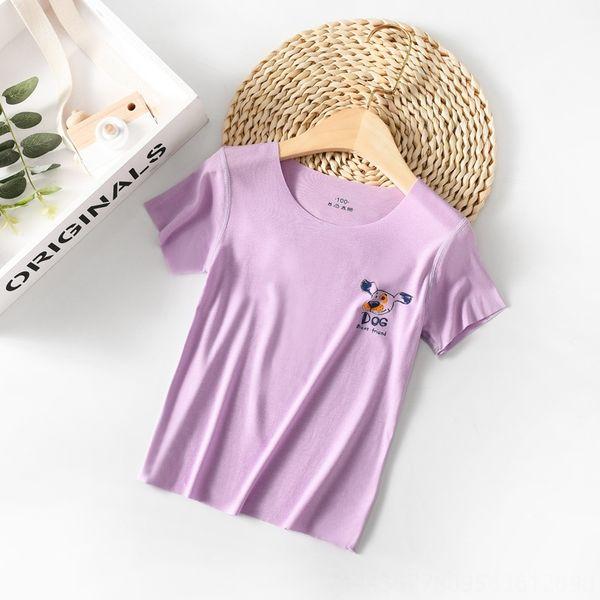 El pequeño perro de la flor púrpura