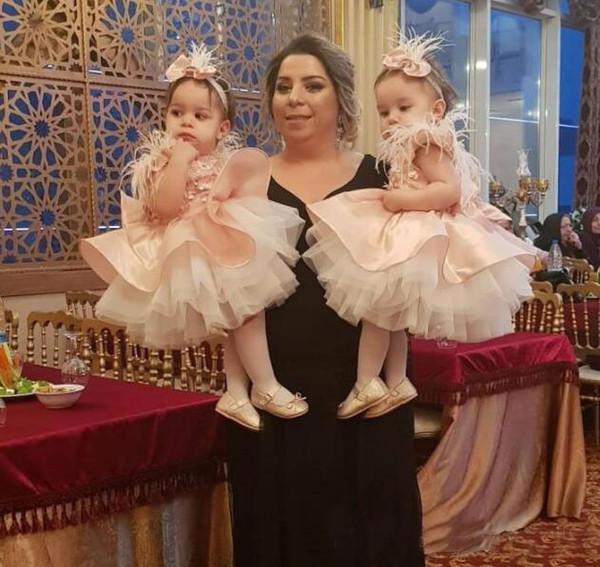 Schöne rosa Blumenmädchenkleider 2019 Feather Tiered Ballkleid Kinder Abendkleid Erstkommunion mit großem Bogen Hochzeitsgast Kleid