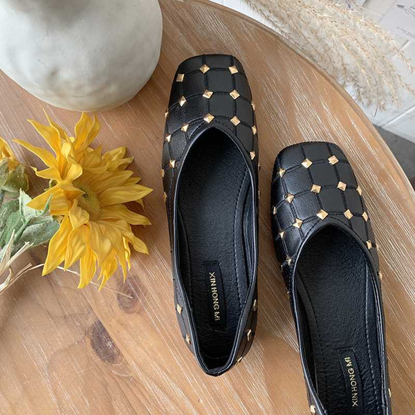 2020 new ladies round head patent leather soft wedding party shoes classic luxury design rivet thick with shallow shoes u19-83