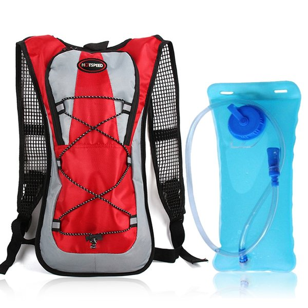 borsa rossa e acqua