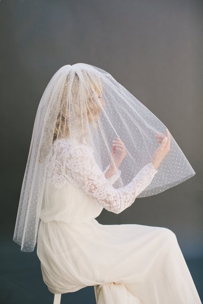 New Elegant Real Picture Two Layer Cut Edge Wedding Veil Wrist Length White Ivory Red Meidingqianna Brand Alloy Comb In Stock Custom