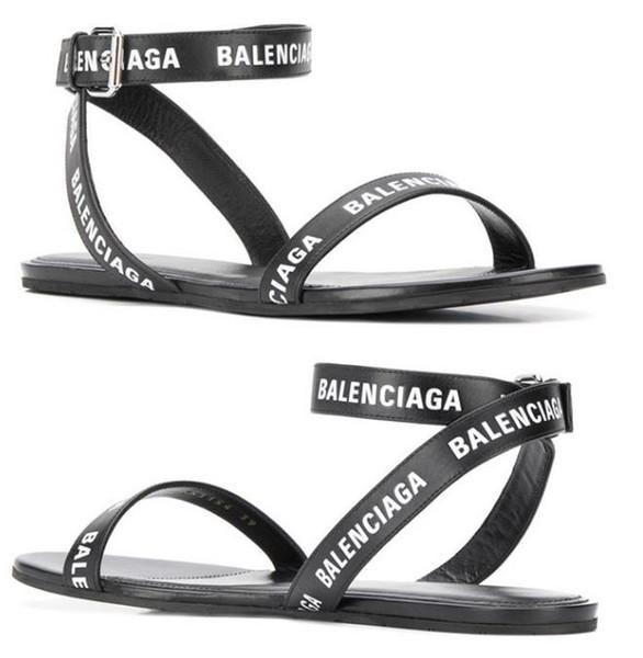 Mujeres de marca de verano letras redondas sandalia plana moda chica correa del tobillo suela de goma plana sandalias casuales
