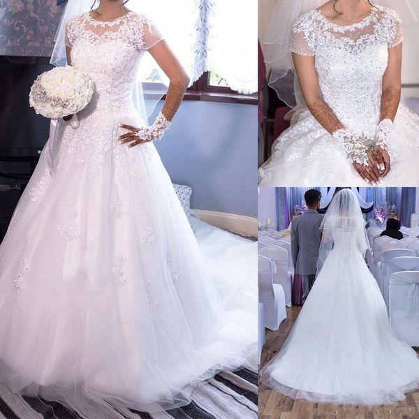 2019 Elegante Tulle Jewel Neckline Vestidos de novia de una línea Ilusión Mangas cortas Apliques de encaje Vestidos de novia de boda con cuentas por encargo