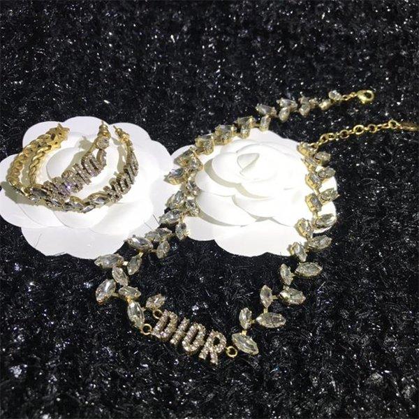 Mit Diamant-Halskette