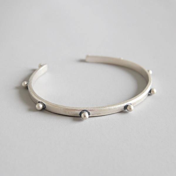 925 Sterling Silber Bangles Schmuck 4mm breiter Punk Niet Öffnungskreis Bangles Silberfarbe