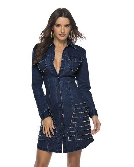 La modelo femenina es ajustada Envoltura de glúteos Lavado de senos Lavadora atractiva de toro-golpeador, Botón de verano con huecos y Papel ancho en el hombro azul